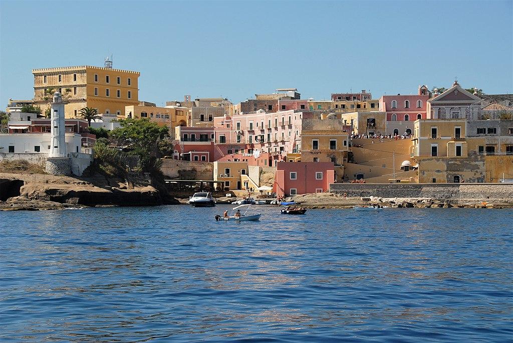 View of Porto Romano, Ventotene from the sea. Pic by user IslandVita (Wikimedia Commons)