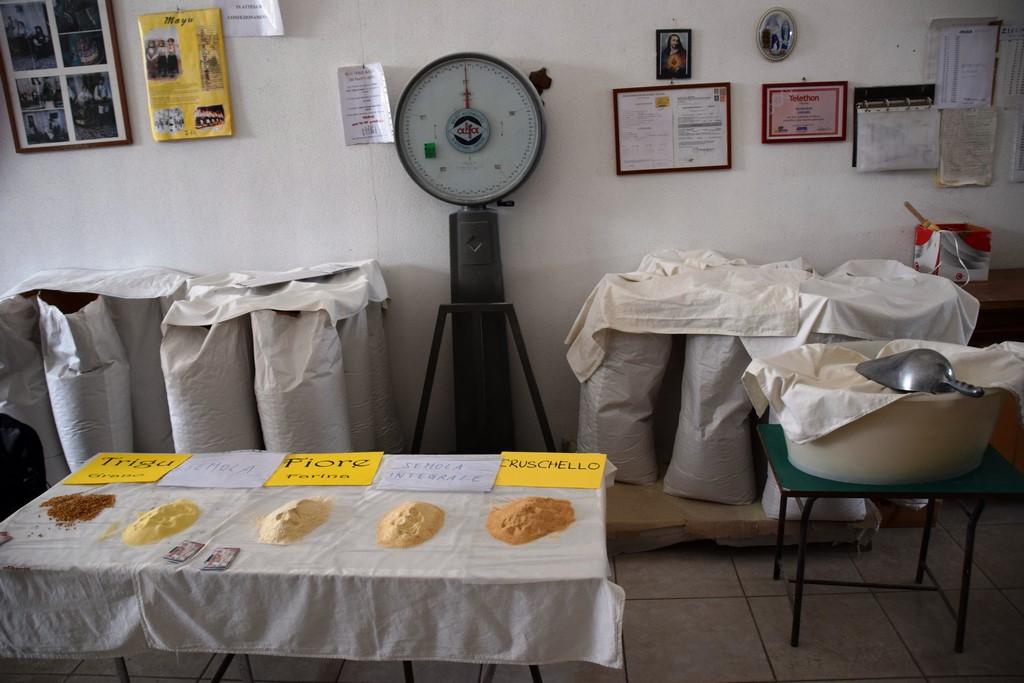 Samugheo - Mulino Sulis - The display of wheat berries and flour